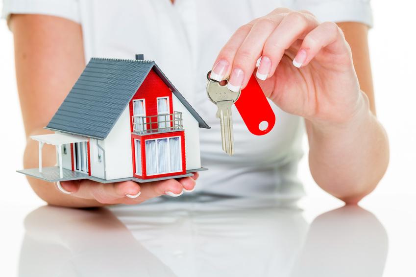 Ein Makler für Immobilien mit einem Haus und einem Schlüssel. Erfolgreiche Vermietung und Hausverkauf durch Immobilienmakler.